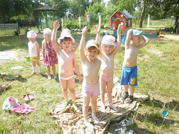 дети принимают воздушные ванны