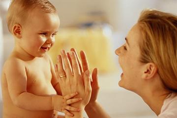 хорошее воспитание младенца и игра в ладошки