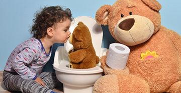ребенок на горшке с игрушками
