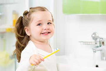 ребенок и зубная щетка