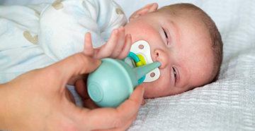 чистка носа у новорожденного