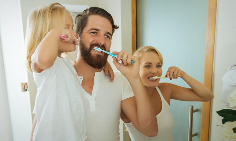 ребенка учат ухаживать за зубами