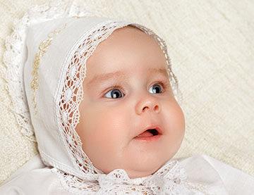 малыш в чепчике