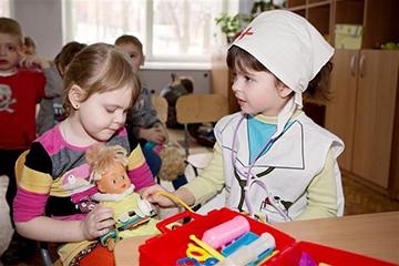 дети играют друг с другом