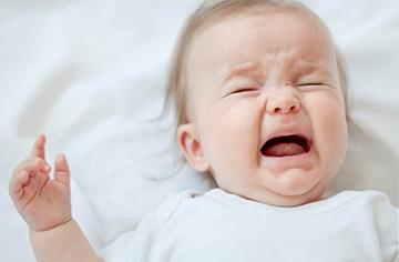 малышка плачет