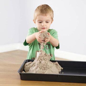 ребенок играет с песочком