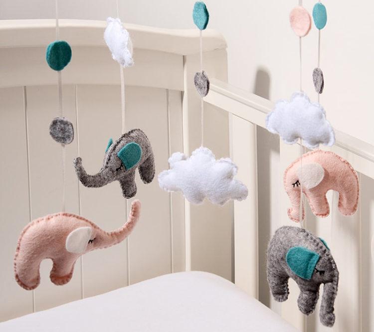 слоники над кроваткой