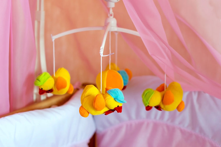игрушки над кроваткой