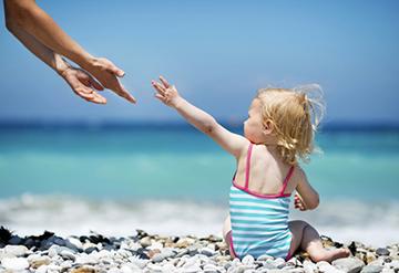 длительное пребывание ребенка на солнце может привести к перегреву