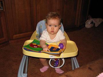 ребенок с ходунками
