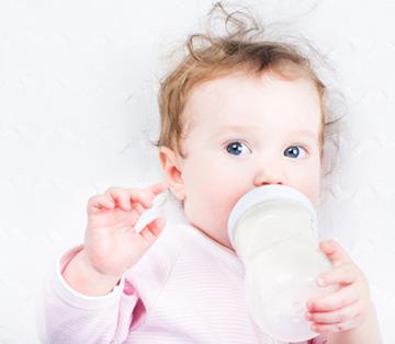ребенок пьет бутылочку