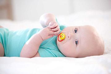 пустышка во рту у малыша