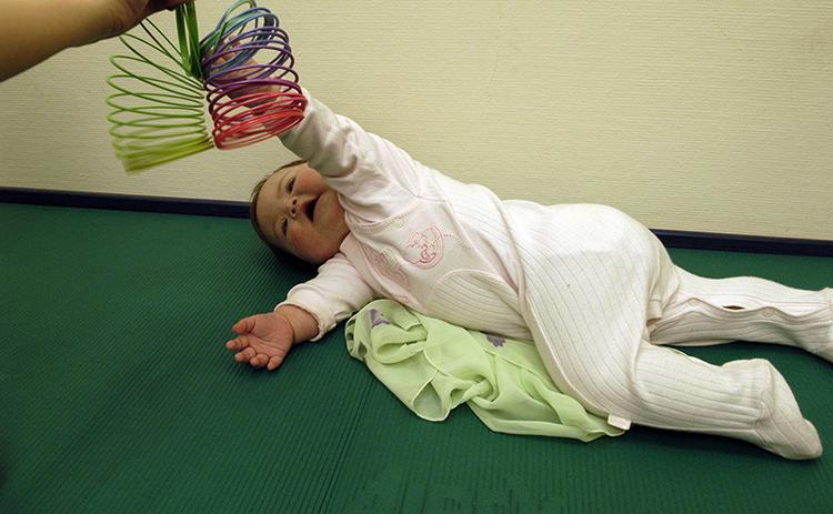 Гимнастика для того чтобы перевернулся ребенок