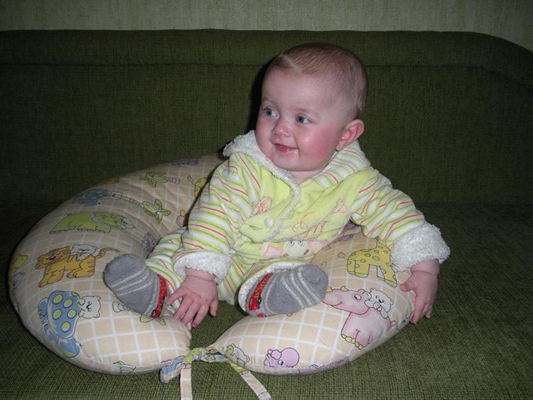 малыш пытается сесть