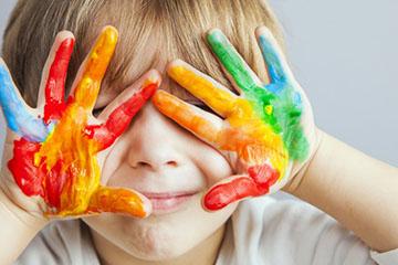 ребенок учит цвета
